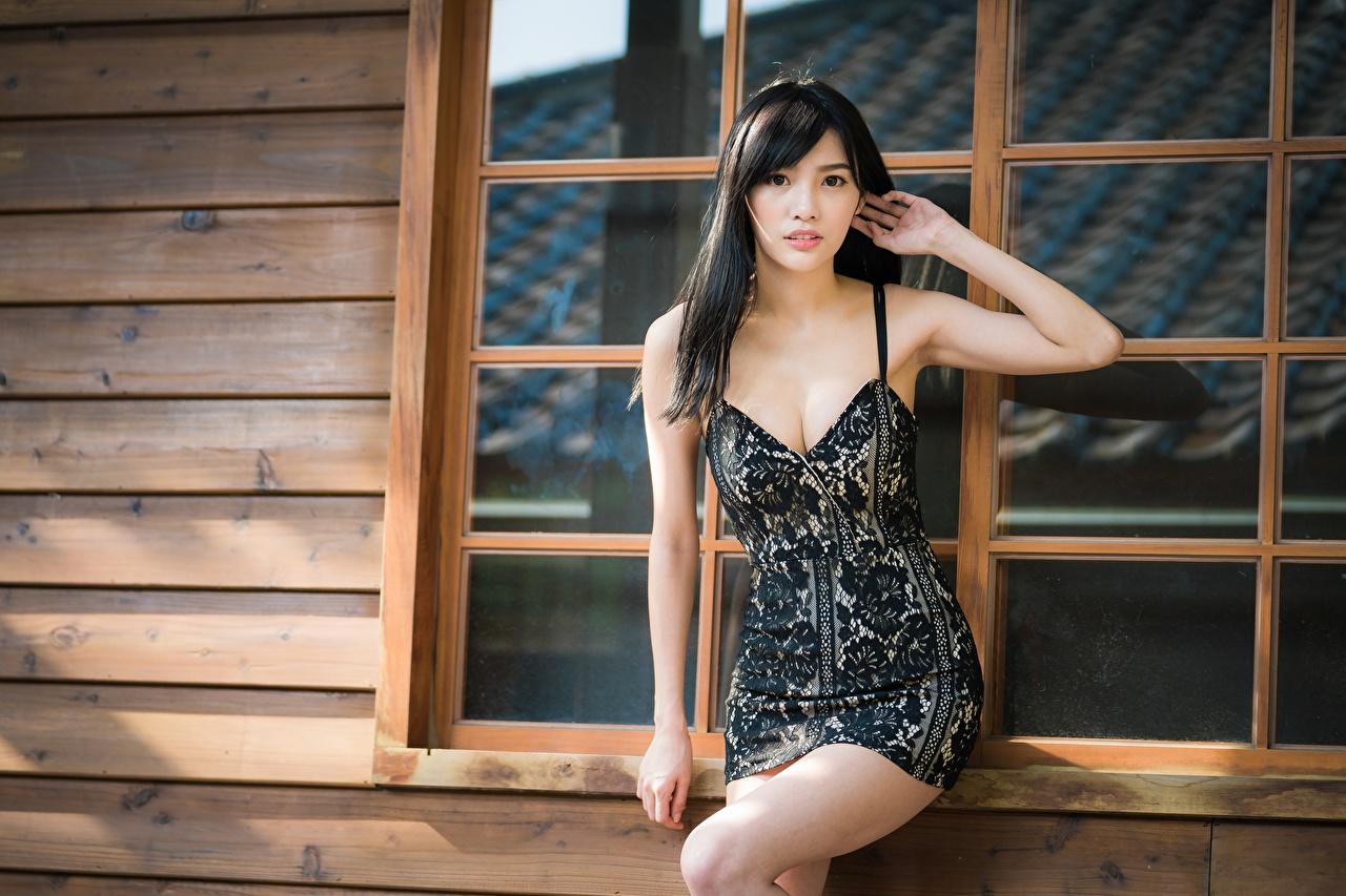 Фото брюнеток позирует Декольте молодые женщины азиатка Руки Взгляд Платье брюнетки Брюнетка Поза вырез на платье девушка Девушки молодая женщина Азиаты азиатки рука смотрит смотрят платья
