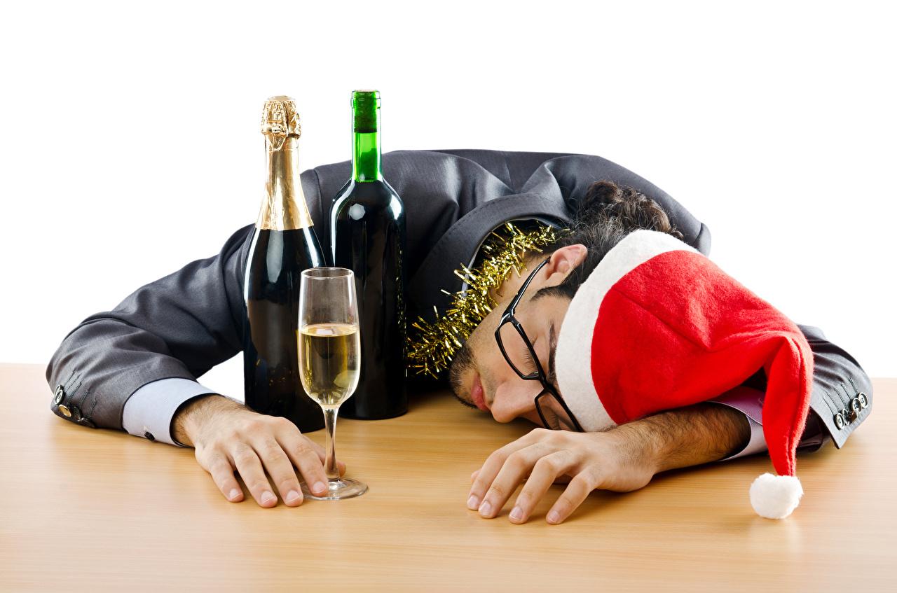 Фото Новый год Мужчины Спит Шапки Очки Бокалы Бутылка Рождество сон спящий