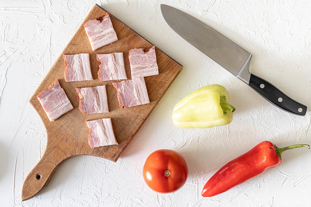 Обои для рабочего стола ножик салом Томаты Ветчина Пища перец овощной разделочной доске Нож Сало Помидоры Еда Перец Продукты питания Разделочная доска