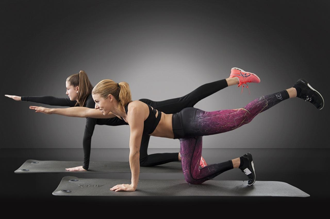 Фотография Шатенка Физические упражнения Фитнес 2 Спорт Девушки Ноги Тренировка Двое вдвоем