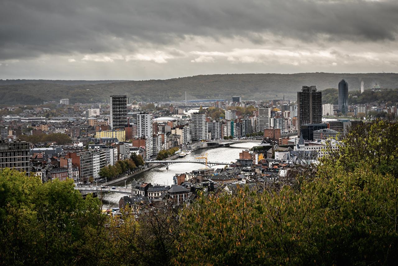 Картинка Бельгия Liège city, Maas river мост Реки Сверху Дома город Деревья Мосты река речка Здания дерево дерева Города деревьев