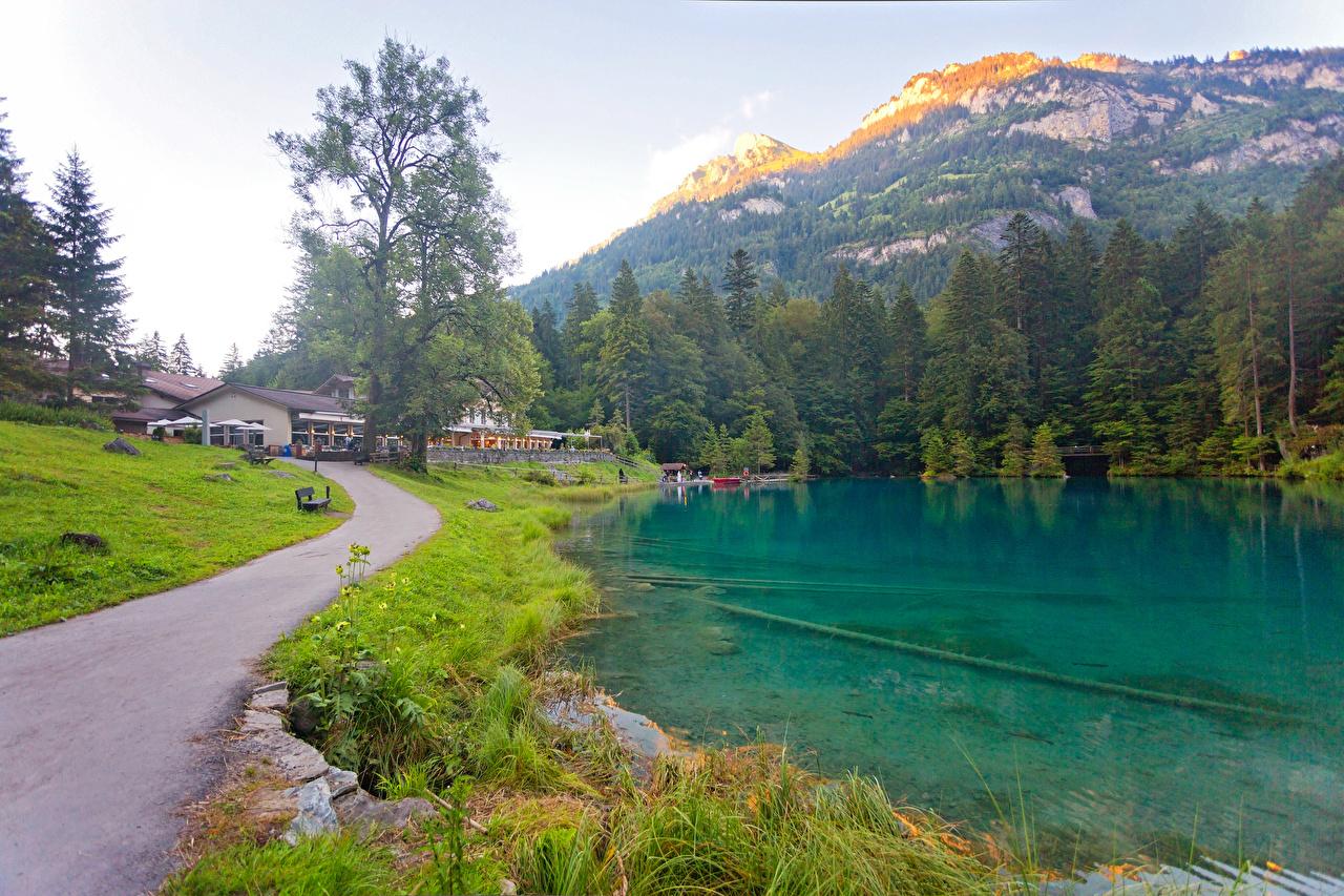 Обои для рабочего стола Швейцария Kander Valley Горы Природа Леса Озеро Дороги траве Дома гора лес Трава Здания