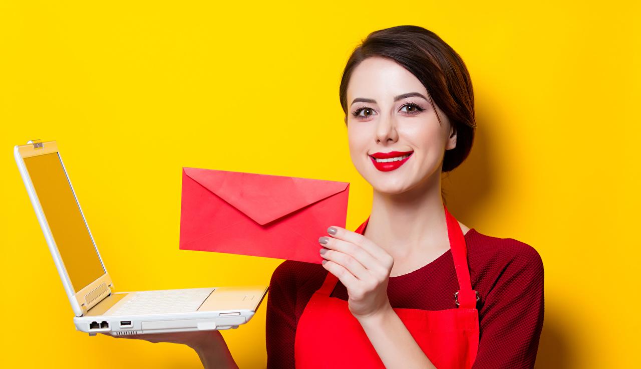 Картинки Ноутбуки шатенки Улыбка Девушки письма Руки Красные губы Цветной фон ноутбук Шатенка улыбается девушка молодые женщины молодая женщина Письмо рука красными губами