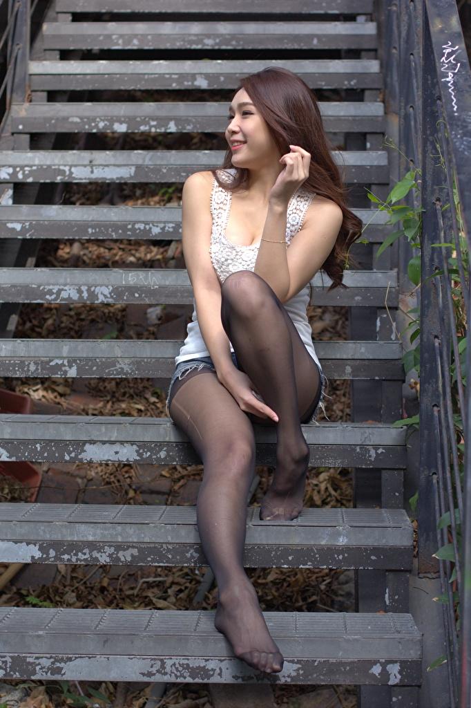 Фотографии Шатенка Колготки улыбается девушка Лестница ног Азиаты сидя Руки  для мобильного телефона шатенки колготок колготках Улыбка Девушки лестницы молодая женщина молодые женщины Ноги азиатки азиатка рука Сидит сидящие