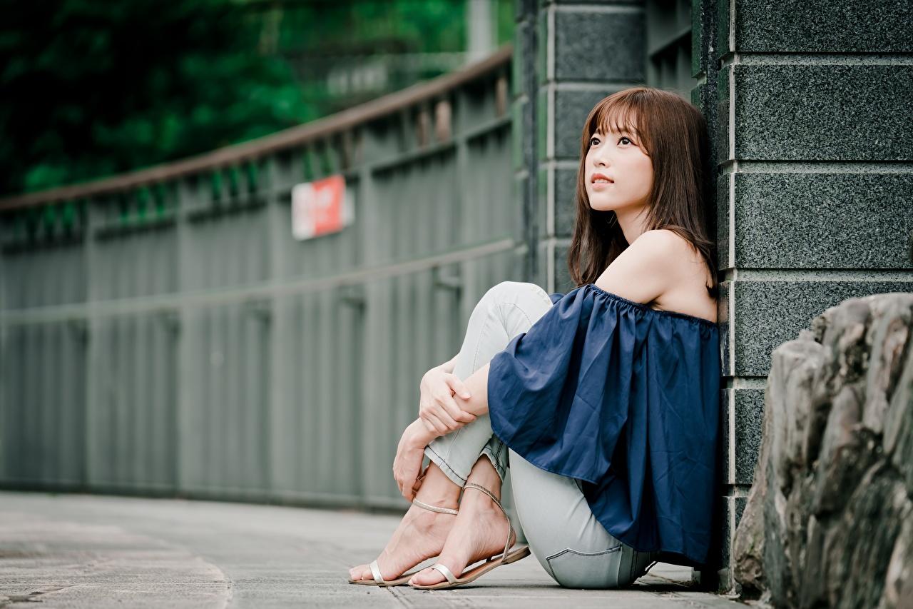 Обои для рабочего стола Шатенка боке молодые женщины ног азиатки Руки сидящие шатенки Размытый фон девушка Девушки молодая женщина Ноги Азиаты азиатка рука сидя Сидит