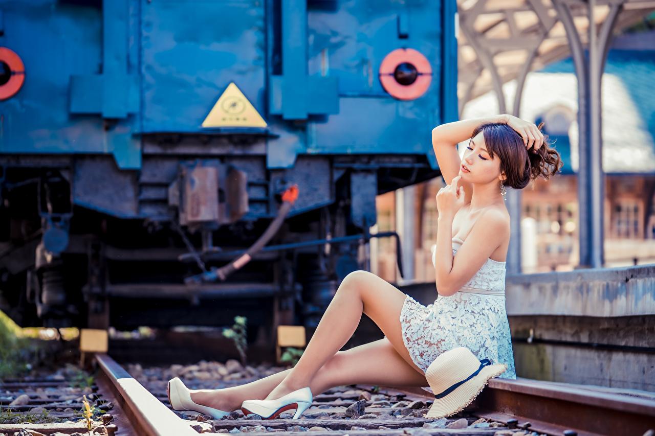 Картинки Рельсы боке позирует шляпе Девушки ног Азиаты сидящие платья рельсах Размытый фон Поза шляпы Шляпа девушка молодая женщина молодые женщины Ноги азиатки азиатка сидя Сидит Платье