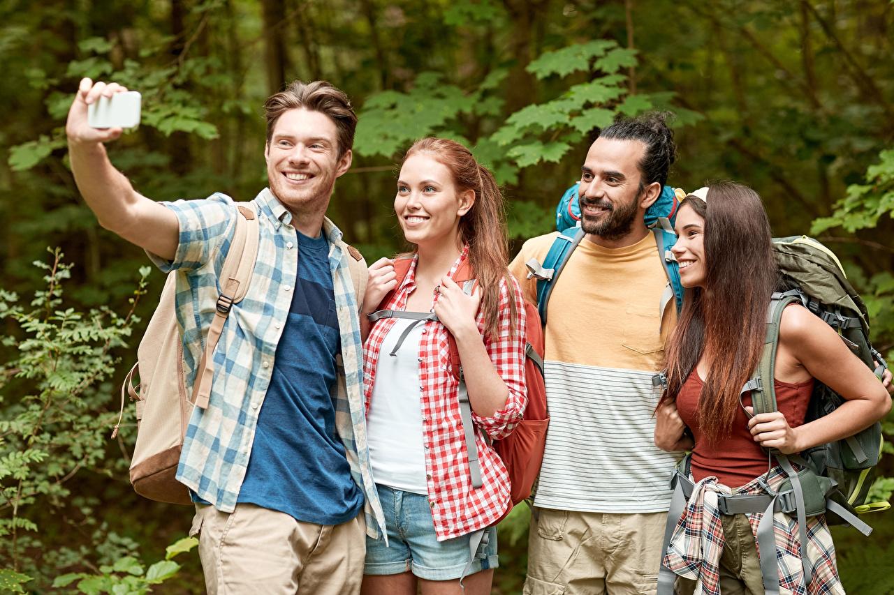 Фотографии Туризм Мужчины Селфи Улыбка Четыре 4 Девушки Руки мужчина улыбается девушка молодая женщина молодые женщины рука