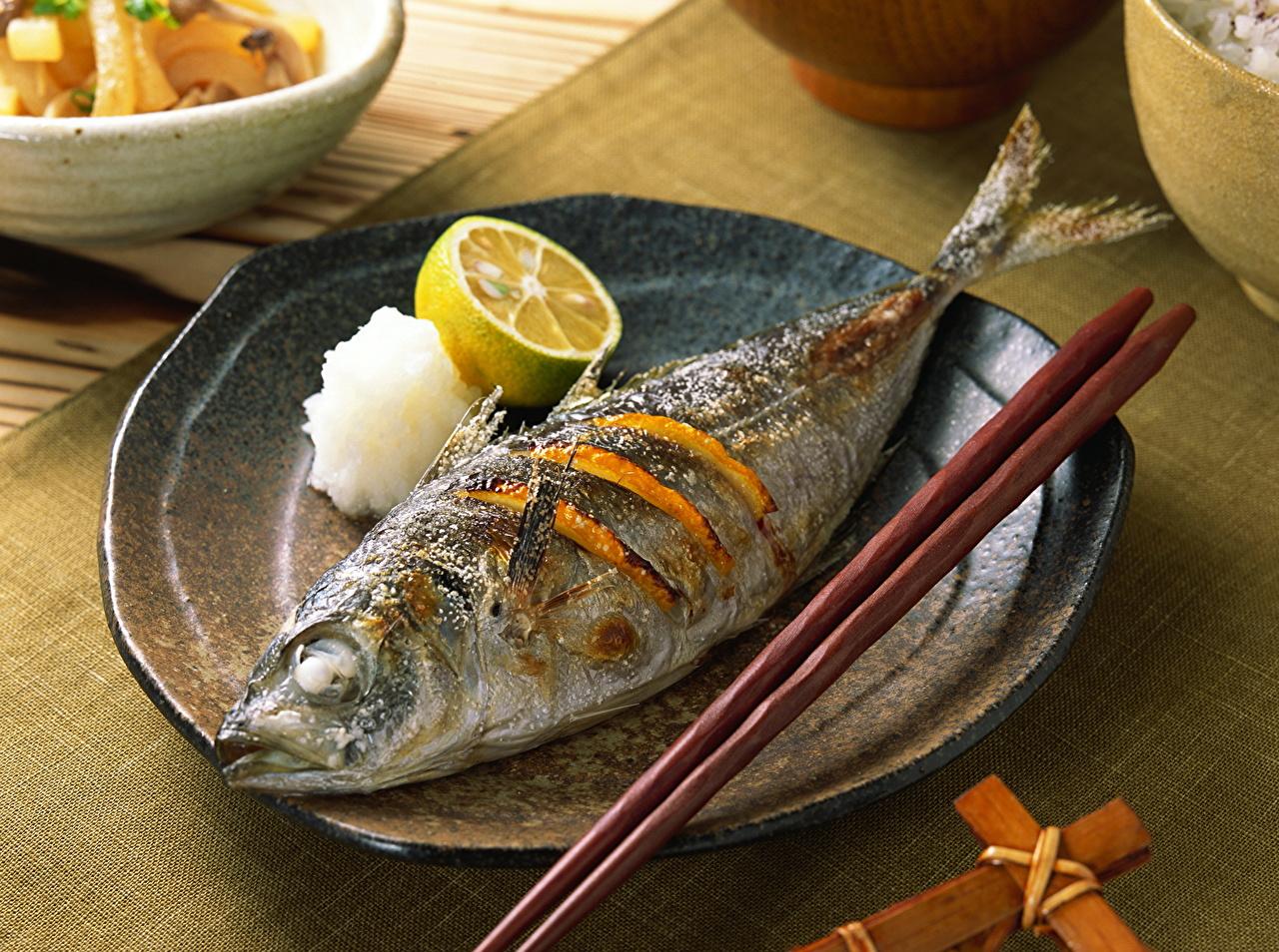 Картинка Рыбы Лимоны Пища тарелке Морепродукты Еда Тарелка Продукты питания