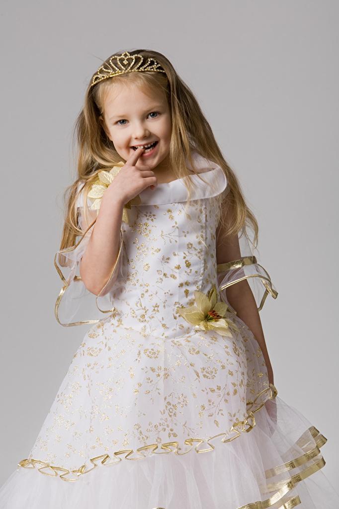 Фото девочка Улыбка ребёнок Серый фон Платье  для мобильного телефона Девочки улыбается Дети сером фоне платья
