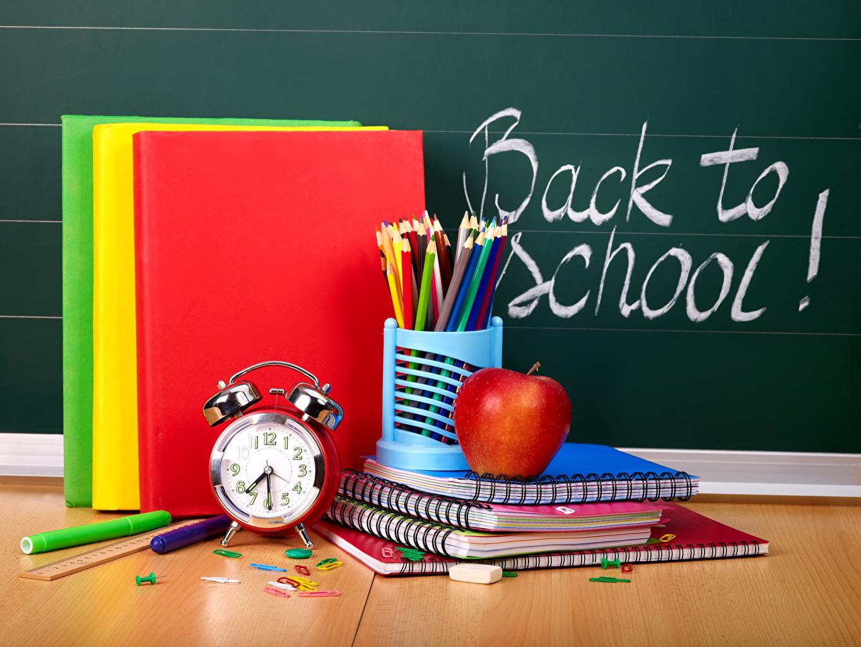 Обои для рабочего стола Школа карандашей инглийские Часы Тетрадь Яблоки Будильник Книга школьные карандаш Карандаши карандаша английская Английский книги
