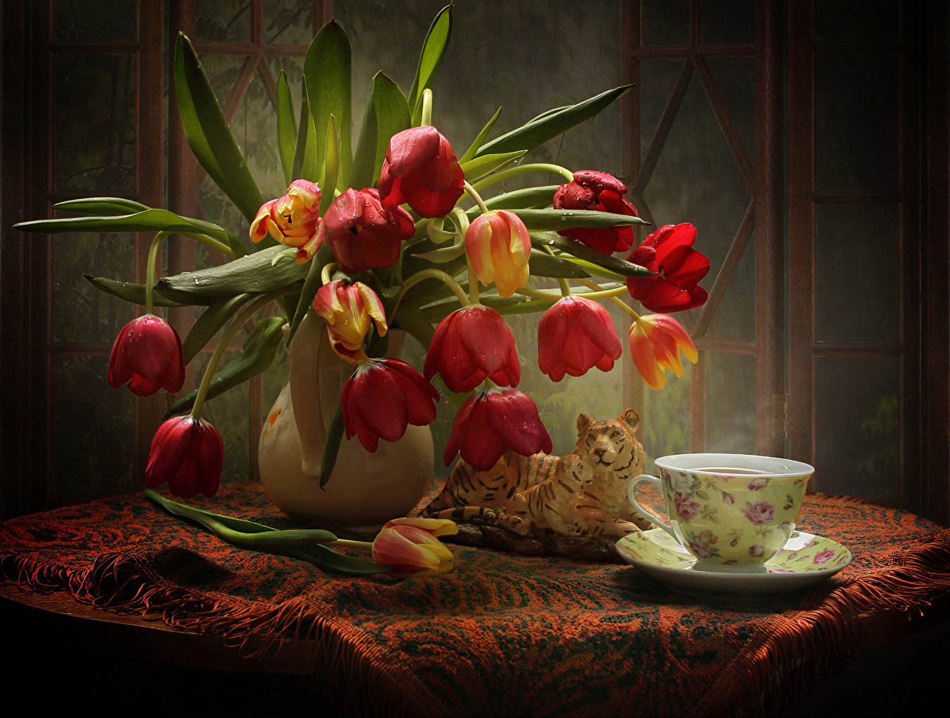 Картинка тигр тюльпан Цветы капель Стол вазы Чашка Натюрморт Тигры Тюльпаны Капли капля цветок капельки Ваза вазе чашке столы стола