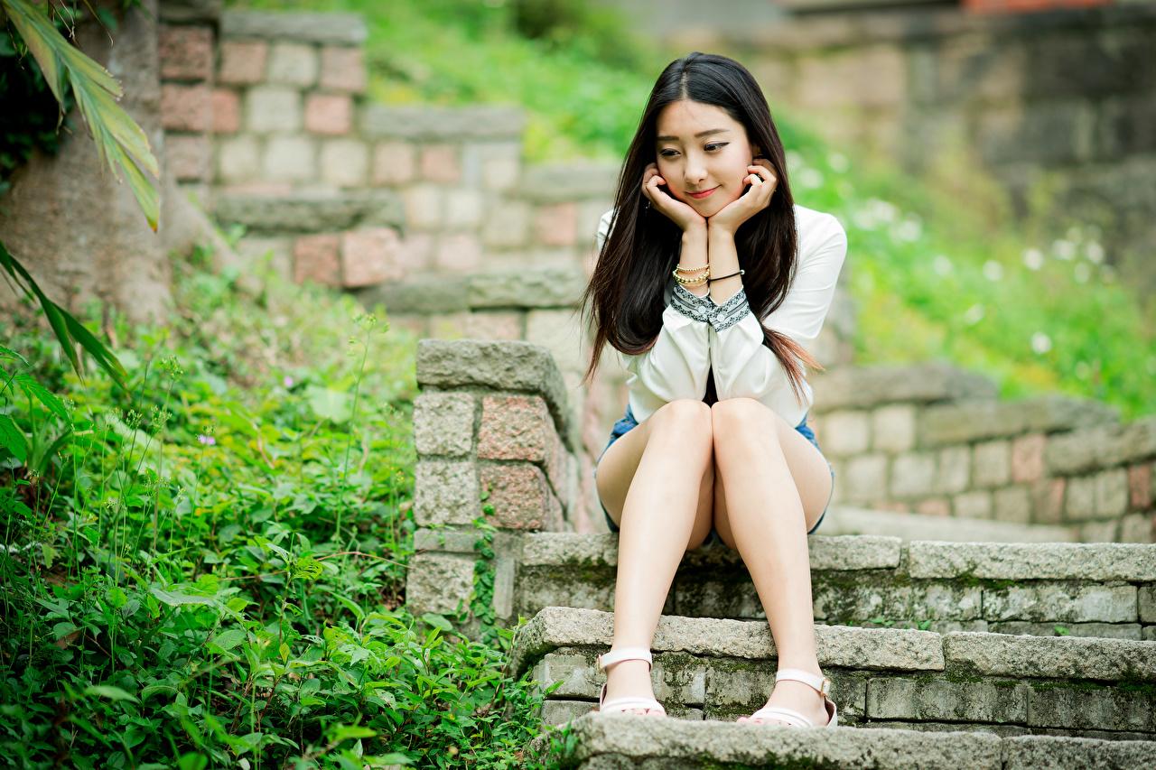 Картинка Брюнетка девушка Лестница Ноги Азиаты сидя брюнетки брюнеток Девушки лестницы молодая женщина молодые женщины ног азиатки азиатка Сидит сидящие