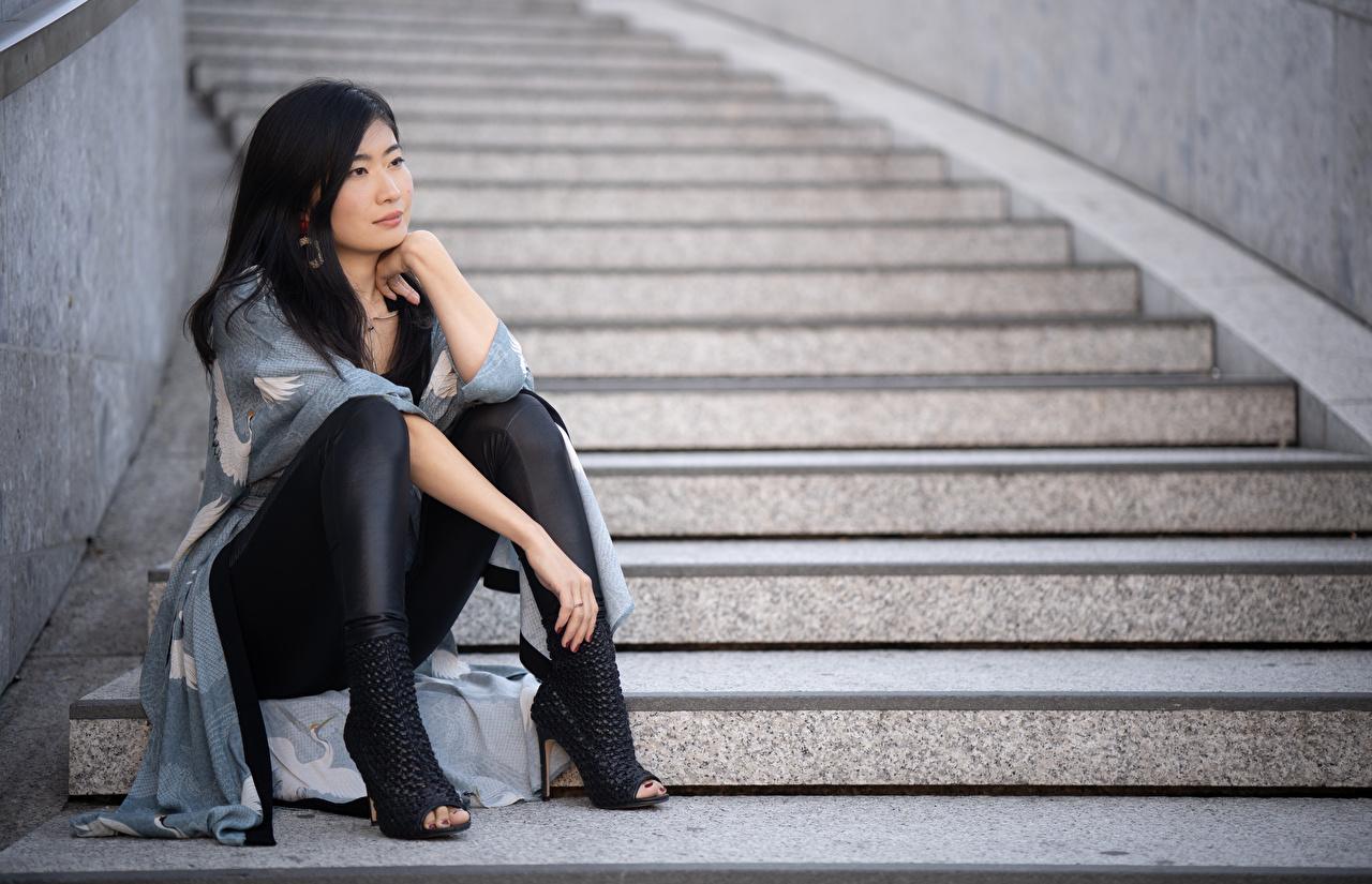 Обои для рабочего стола брюнетки Midoh Mikado Лестница молодая женщина ног азиатка рука сидящие туфель Брюнетка брюнеток Девушки девушка лестницы молодые женщины Ноги Азиаты азиатки Руки сидя Сидит Туфли туфлях