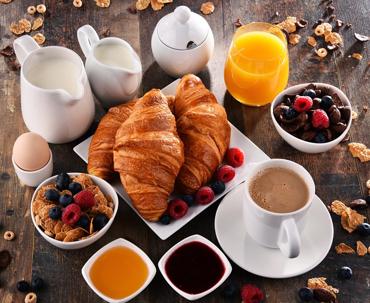 Обои для рабочего стола Молоко Мед Сок Кофе Завтрак Варенье Круассан стакана кувшины Еда Чашка Мюсли Ягоды джем Повидло Кувшин Стакан стакане Пища чашке Продукты питания