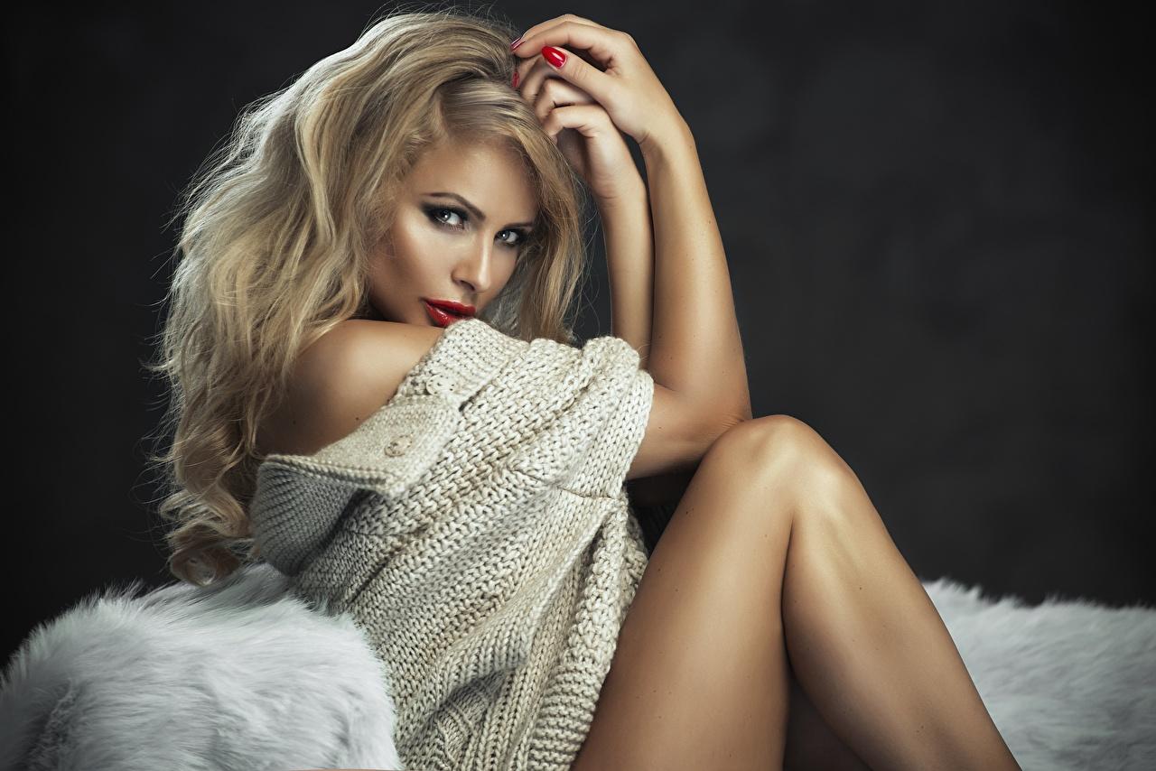 Фото блондинки Monika Jaros Девушки свитера Руки Сидит смотрит Блондинка блондинок девушка молодая женщина молодые женщины Свитер свитере рука сидя сидящие Взгляд смотрят