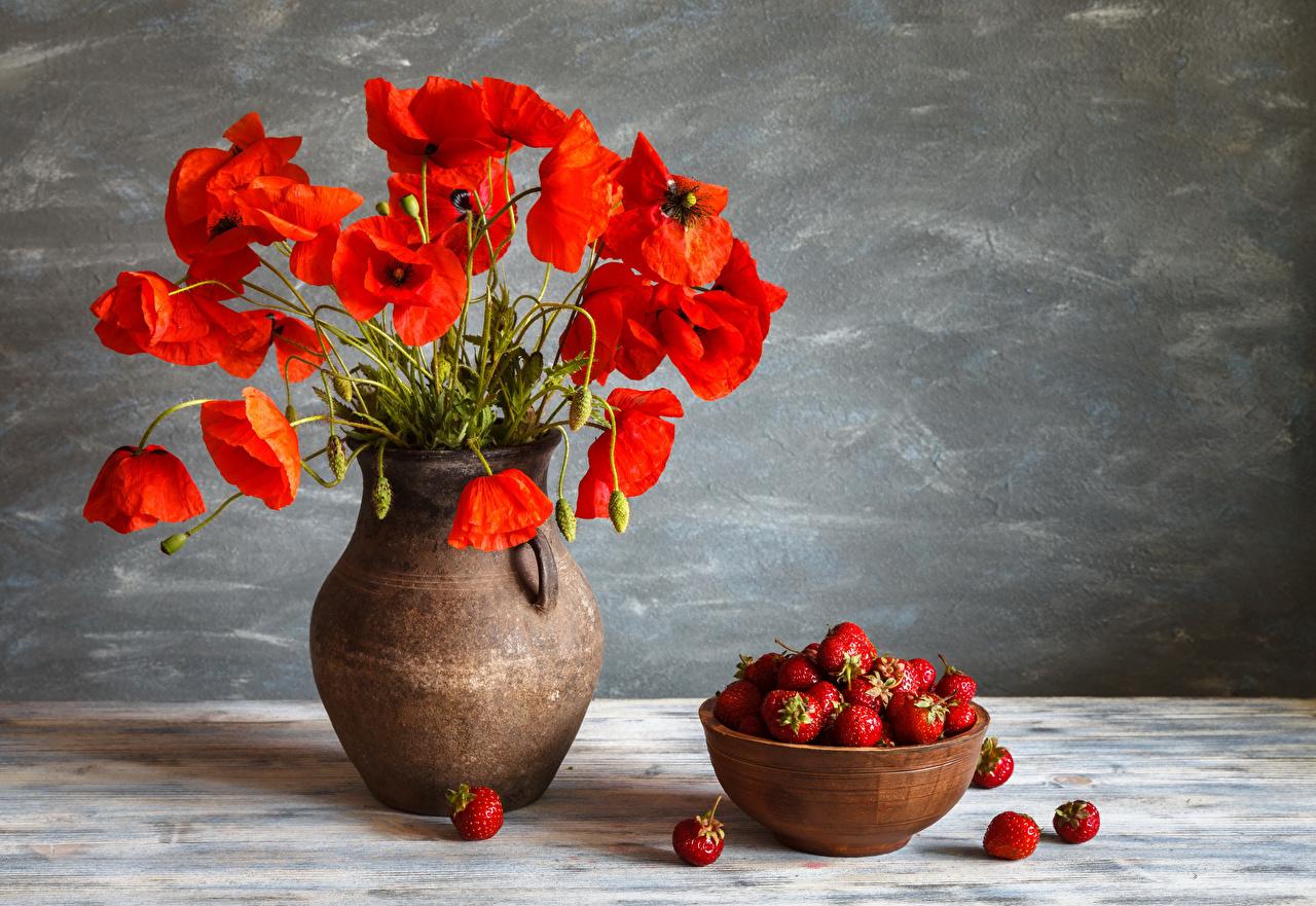 Обои для рабочего стола красная мак Цветы Клубника Еда вазы Натюрморт красных красные Красный Маки цветок Пища Ваза вазе Продукты питания