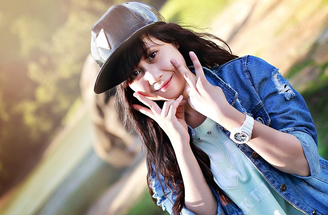 Обои для рабочего стола брюнетки Наручные часы Часы Девушки Руки Пальцы смотрят Бейсболка брюнеток Брюнетка девушка молодые женщины молодая женщина рука Кепка кепке кепкой Взгляд смотрит