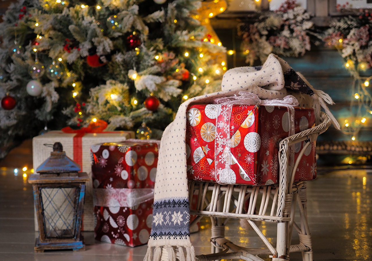 Фото Новый год шарфе фонари Подарки Кресло Рождество Шарф шарфом Фонарь подарок подарков