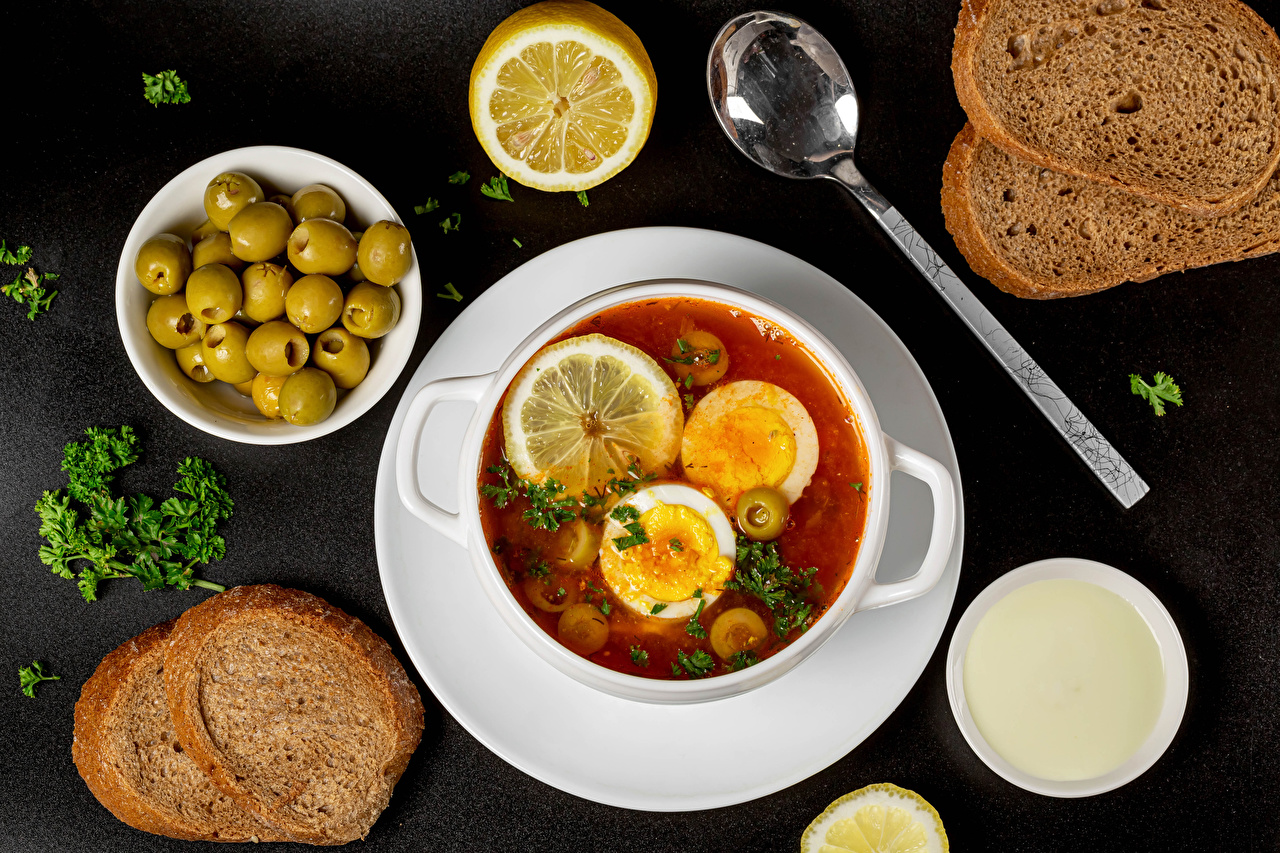 Фотографии Сметана Оливки Хлеб Лимоны Супы ложки Продукты питания Серый фон Еда Пища Ложка сером фоне