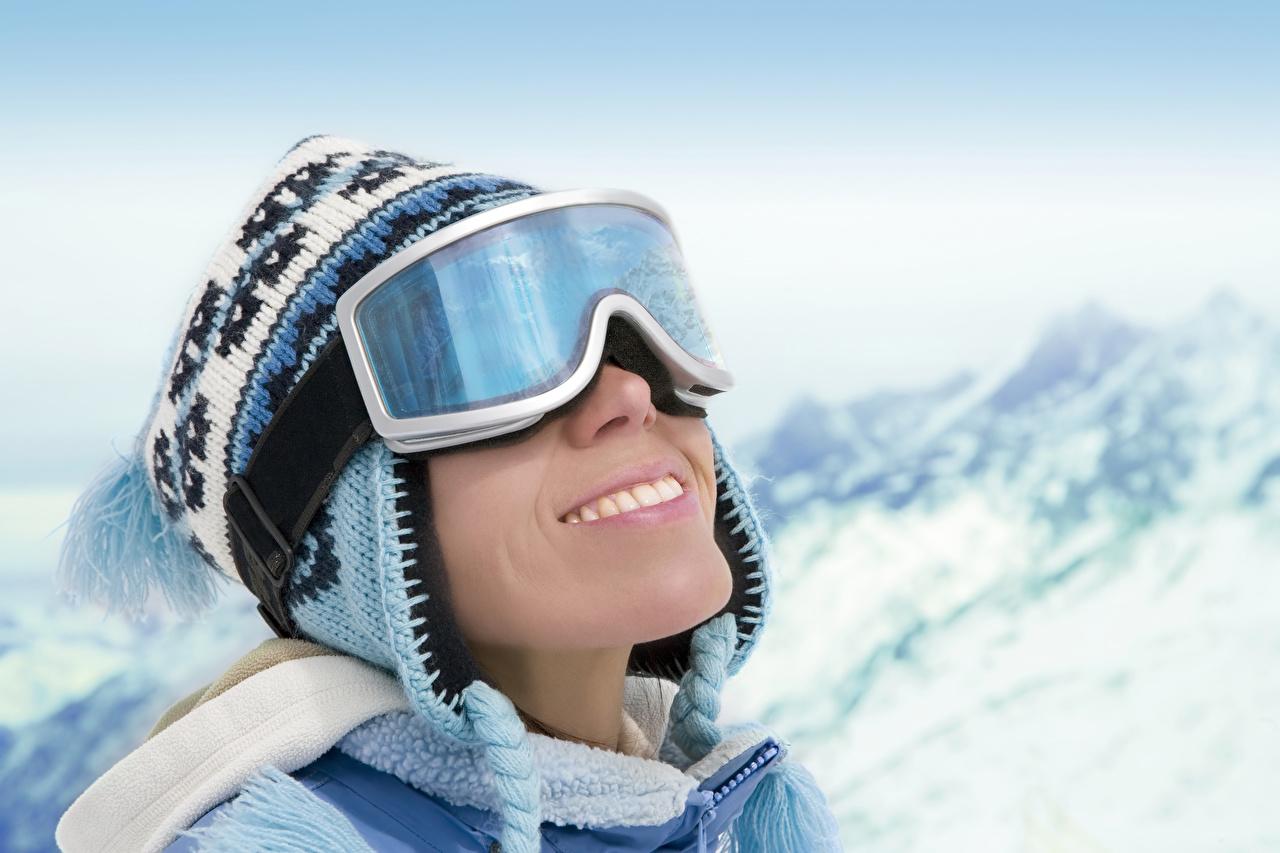 Обои Улыбка Зима в шапке спортивные молодые женщины Очки улыбается Спорт Шапки шапка зимние Девушки девушка спортивная спортивный молодая женщина очках очков