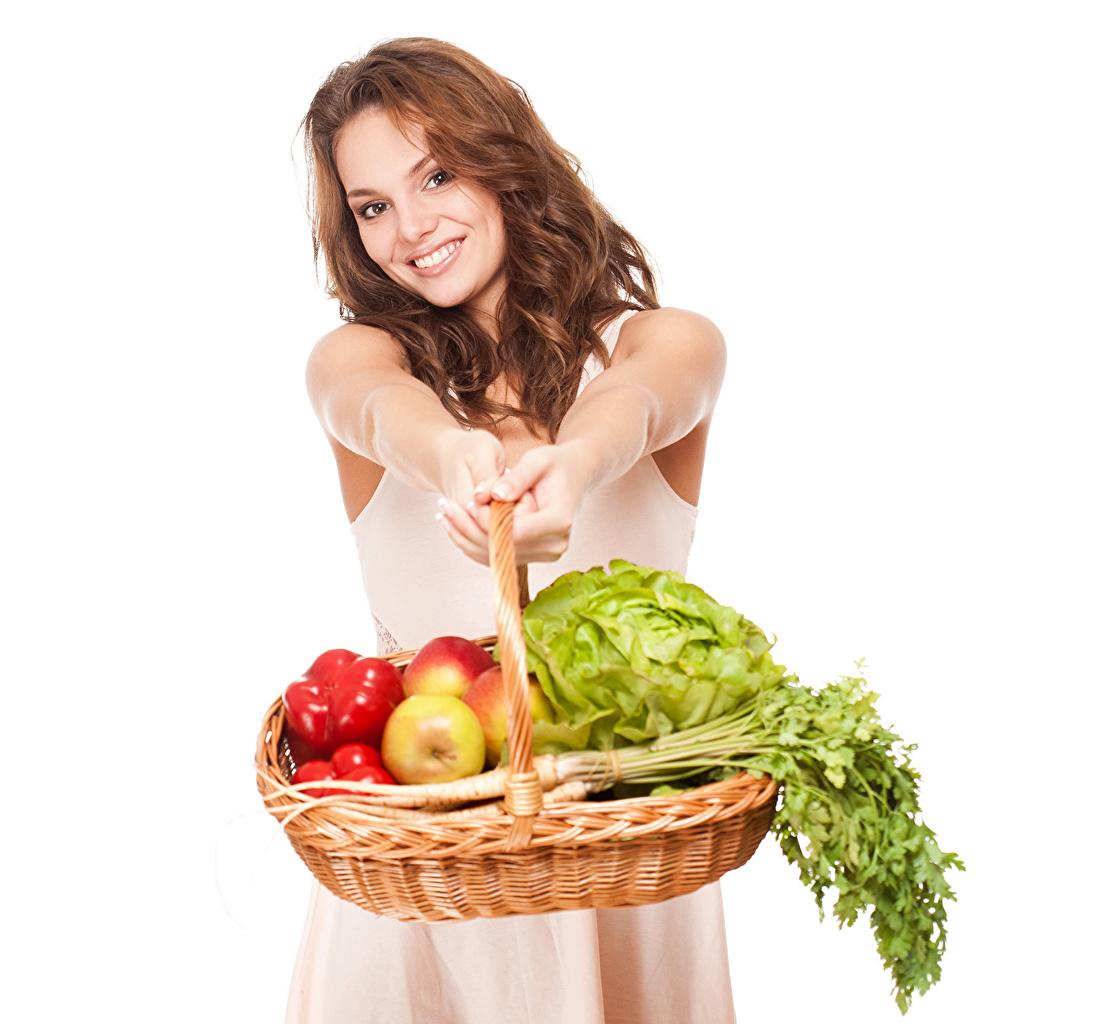 Фотография Шатенка Девушки Корзинка Руки Овощи Фрукты Белый фон шатенки девушка молодые женщины молодая женщина корзины Корзина рука белом фоне белым фоном