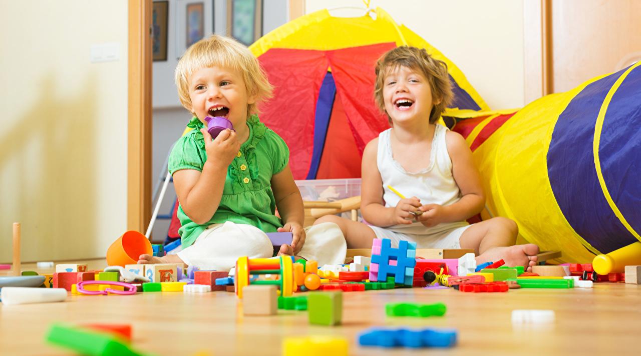 Картинки мальчишка счастливые Дети Двое Игрушки мальчик Мальчики мальчишки счастье Радость радостный радостная счастливый счастливая ребёнок 2 два две вдвоем игрушка