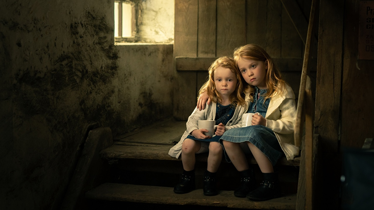 Обои для рабочего стола девочка Грустный sisters ребёнок Двое Лестница сидящие Девочки Тоска Грусть Печаль грустная печальный печальная Дети 2 два две вдвоем лестницы сидя Сидит
