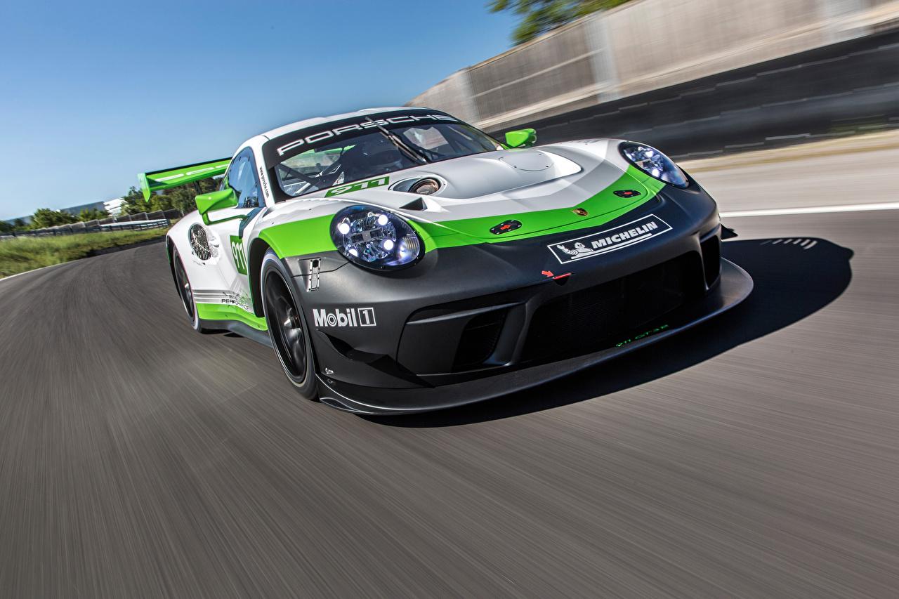 Картинки Порше Стайлинг 2018 911 GT3 R Движение Машины Porsche Тюнинг едущий скорость Авто Автомобили