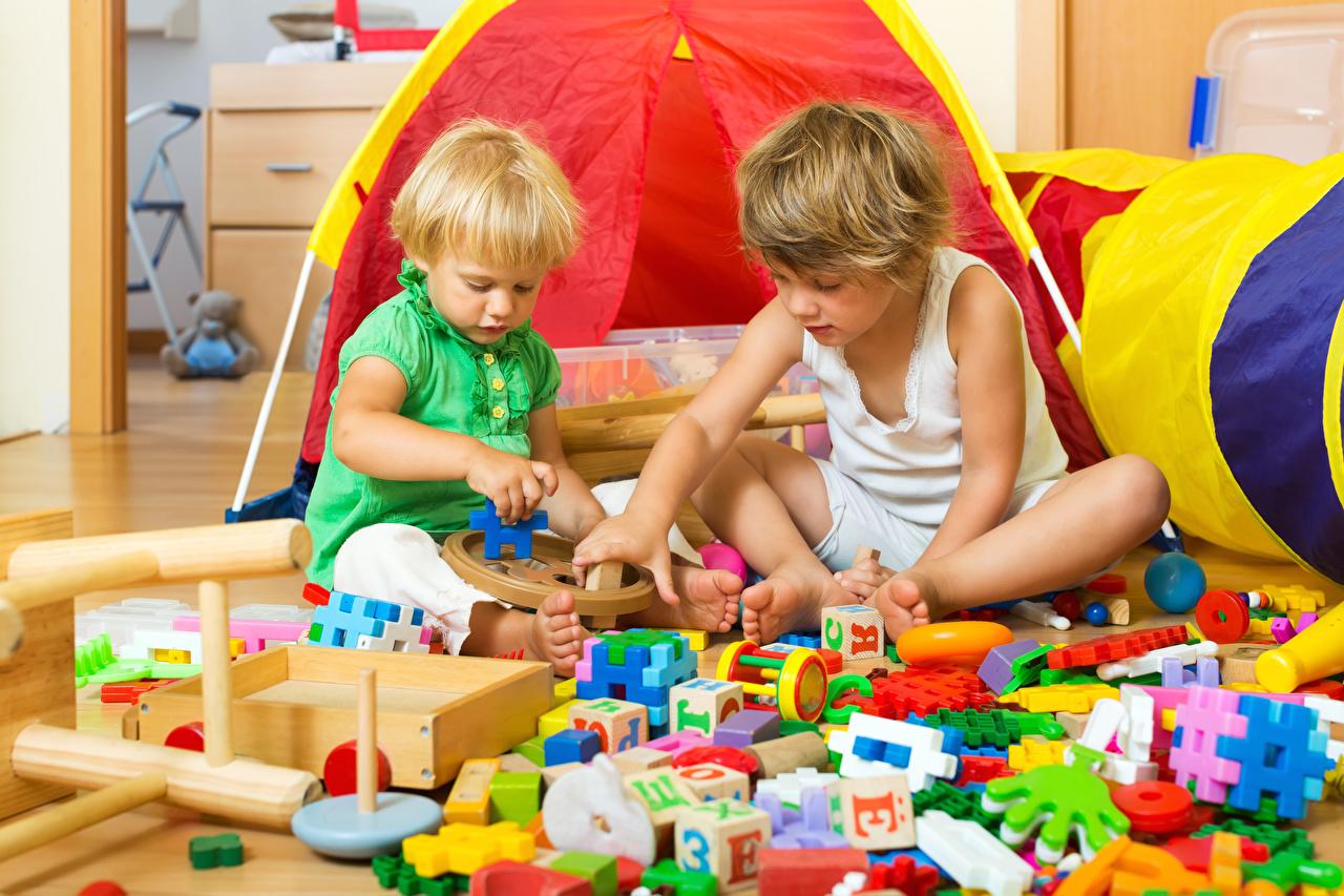 Фото Мальчики Ребёнок 2 Игрушки Дети Двое вдвоем