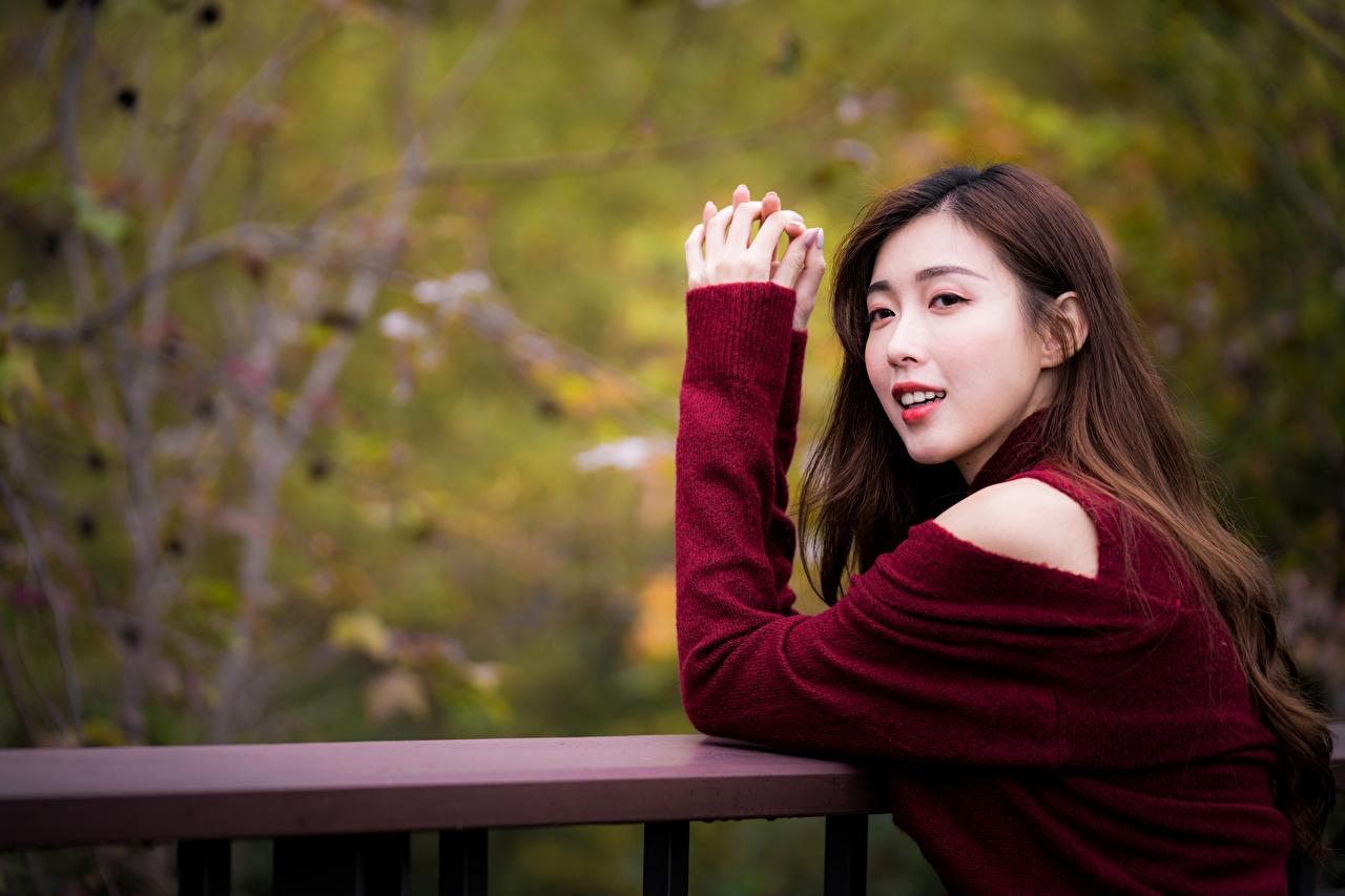 Картинки Размытый фон Девушки Азиаты Руки смотрит боке девушка молодая женщина молодые женщины азиатки азиатка рука Взгляд смотрят