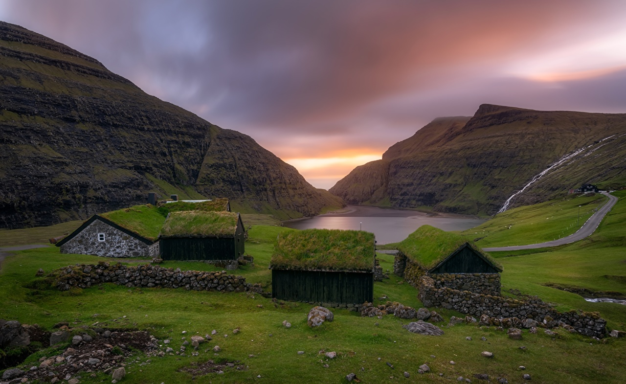 Картинка поселок Faroe Islands, Saksun, Kingdom of Denmark Горы краши Природа траве залива Здания село Деревня гора крыше Крыша Трава Залив заливы Дома