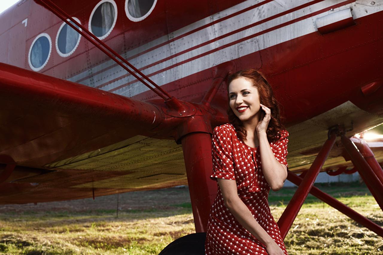 Фотография Самолеты Рыжая улыбается Девушки Руки Платье рыжих рыжие Улыбка девушка молодые женщины молодая женщина рука платья