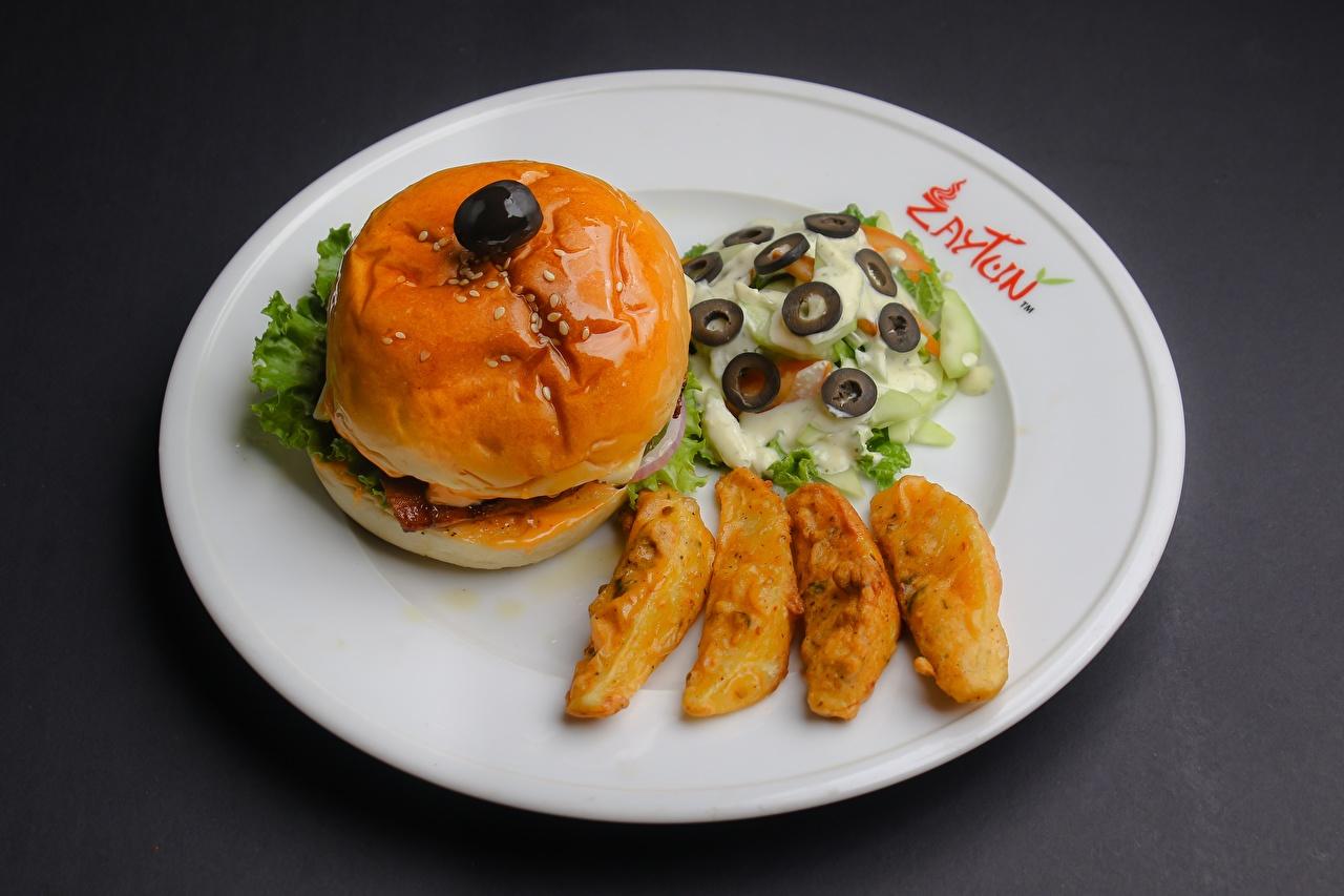Картинки Оливки Гамбургер Картофель Пища Салаты Тарелка картошка Еда тарелке Продукты питания