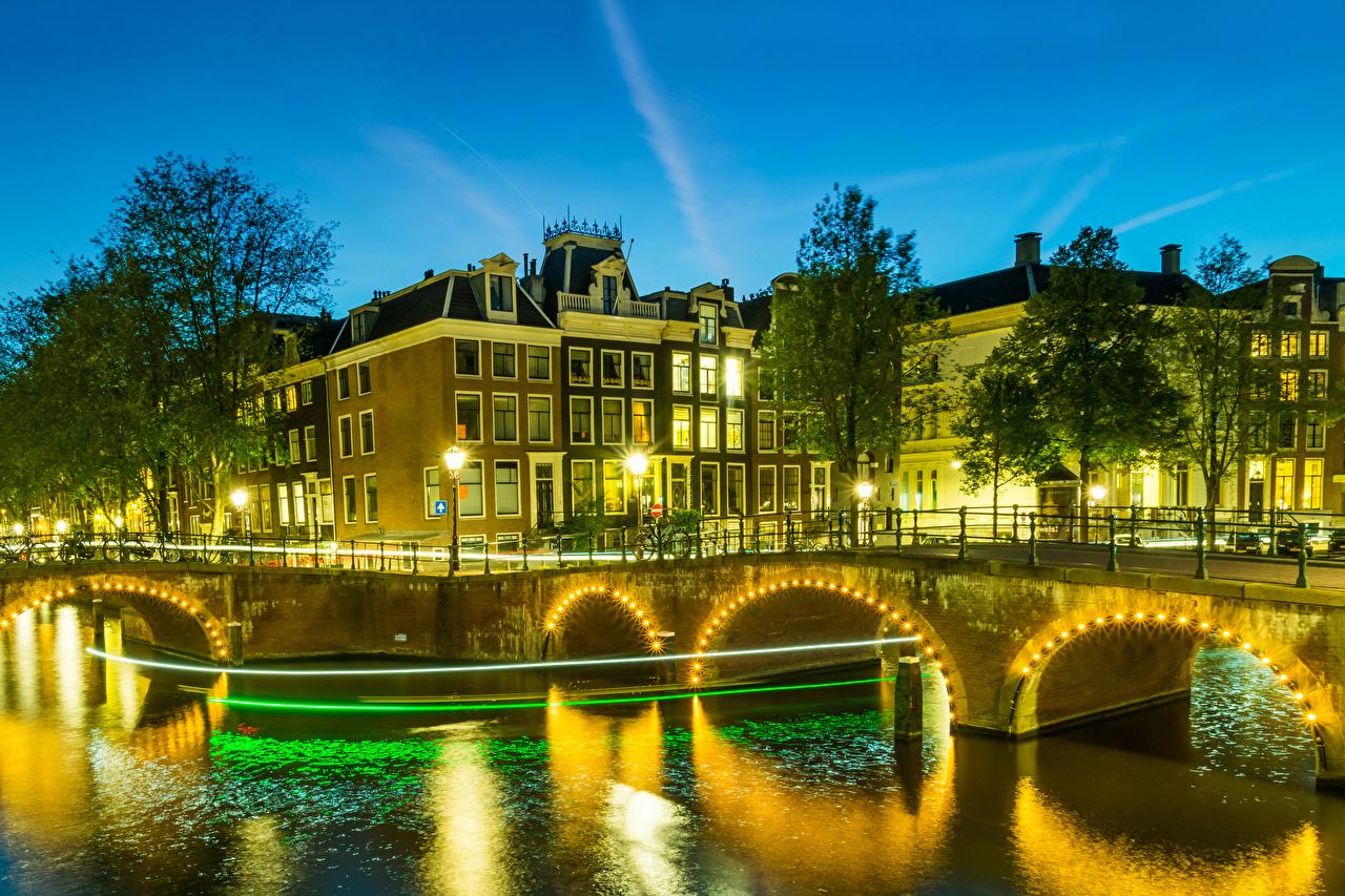 Фотография Амстердам голландия Мосты Водный канал ночью Уличные фонари Электрическая гирлянда город Здания Нидерланды мост Ночь в ночи Ночные Гирлянда Дома Города