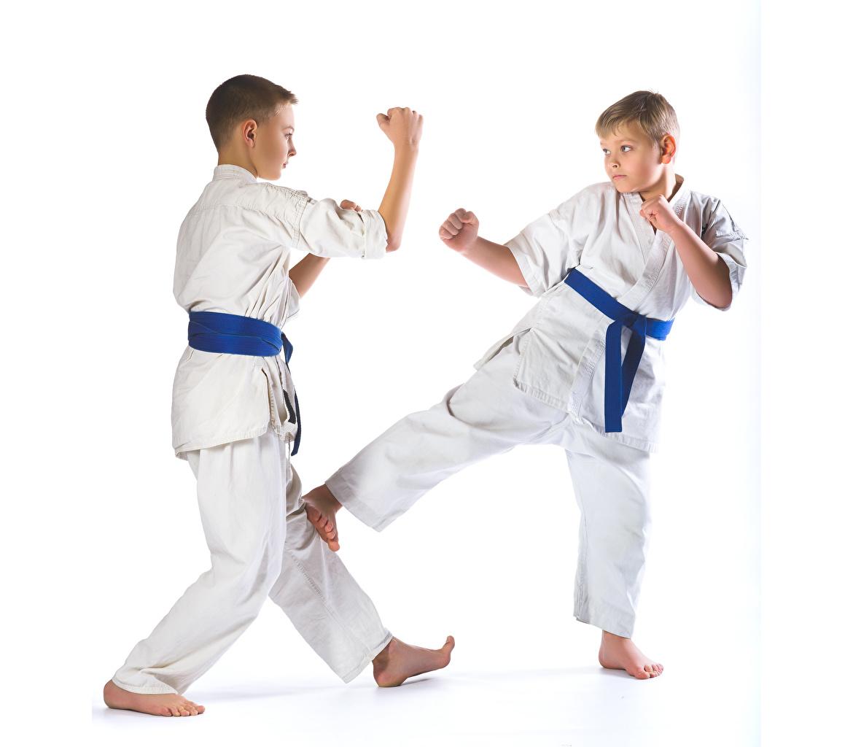 Фото мальчик физическое упражнение Дети два Униформа Белый фон Мальчики мальчишки мальчишка Тренировка тренируется ребёнок 2 две Двое вдвоем униформе белом фоне белым фоном