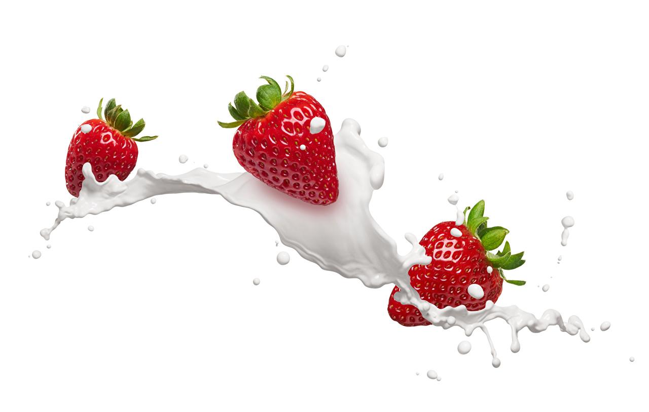 Фотография Молоко Клубника с брызгами Еда Белый фон Брызги Пища Продукты питания белом фоне белым фоном