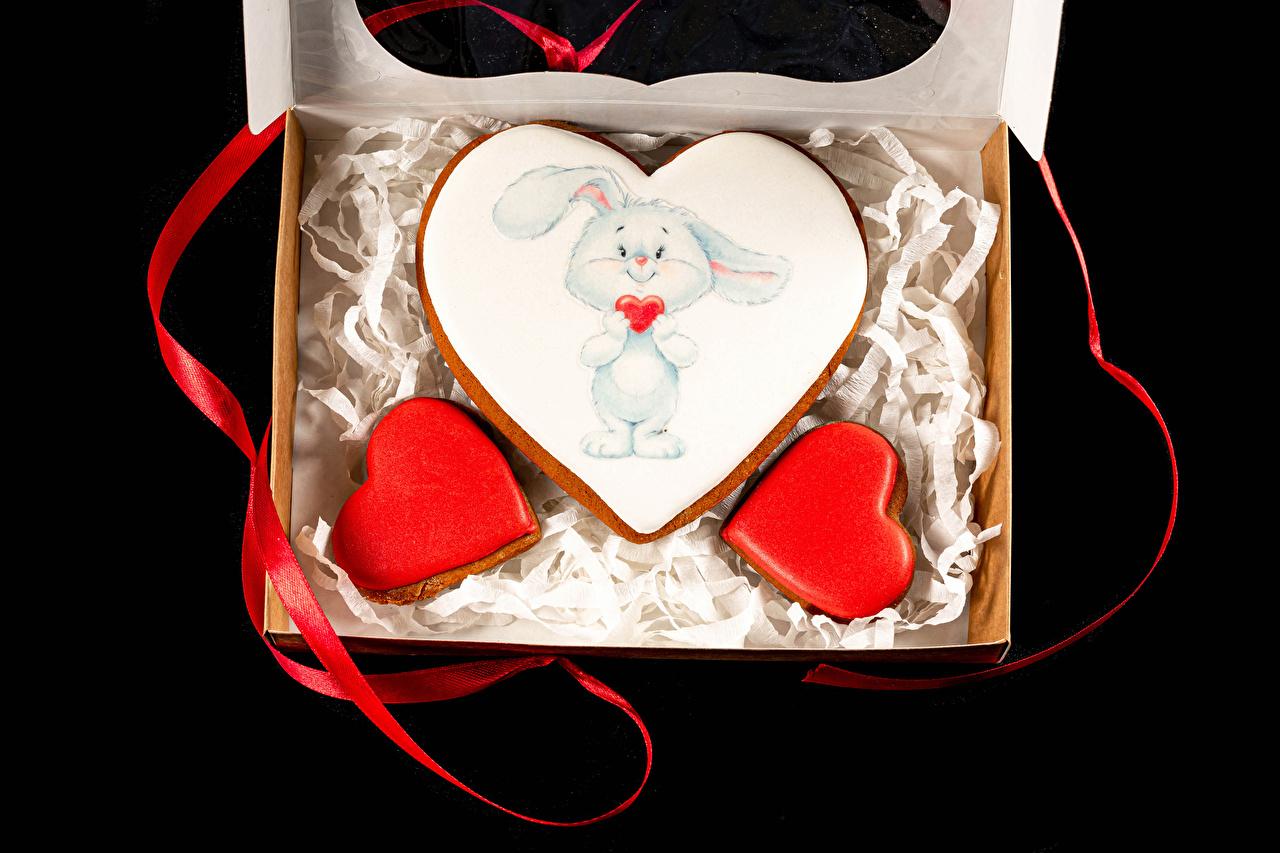 Картинки День святого Валентина Кролики Лента Печенье Продукты питания Черный фон дизайна День всех влюблённых кролик Еда Пища ленточка на черном фоне Дизайн
