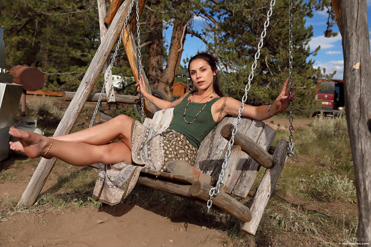 Фото Elena Generi качелях молодые женщины ног сидящие смотрит Качели девушка Девушки молодая женщина Ноги сидя Сидит Взгляд смотрят