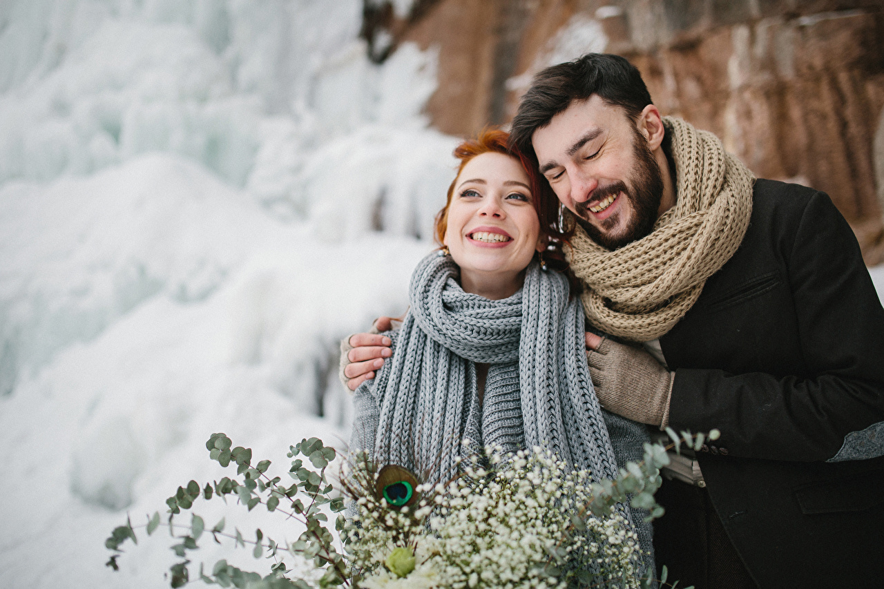 Картинка Шарф Мужчины Радость Любовь вдвоем зимние Девушки Объятие счастье счастливые 2 Двое Зима