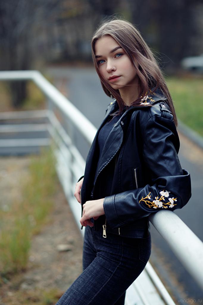Фото Размытый фон Поза Куртка молодая женщина Джинсы Взгляд  для мобильного телефона боке позирует куртке куртки куртках девушка Девушки молодые женщины джинсов смотрит смотрят