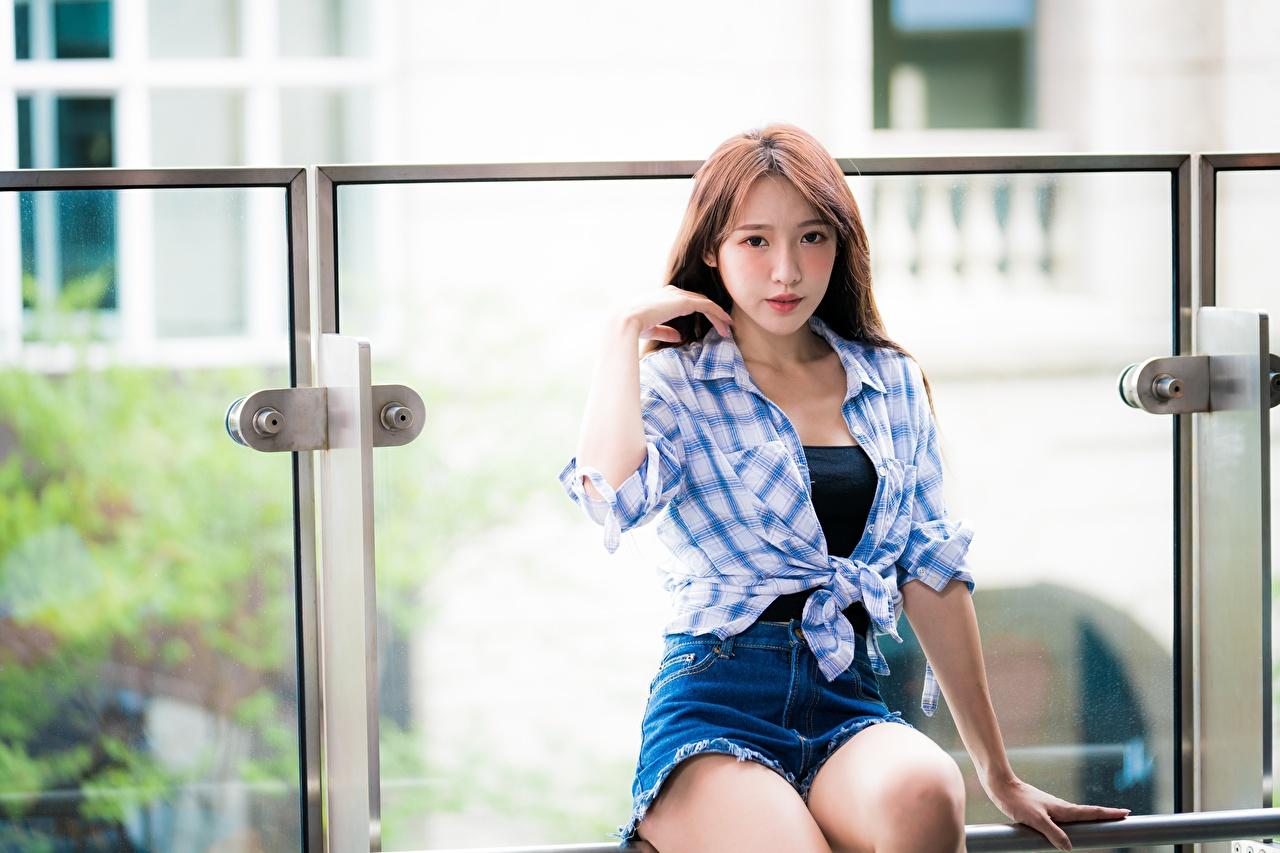 Картинки шатенки боке рубашки молодая женщина азиатки сидя Шорты Шатенка Размытый фон Девушки рубашке девушка Рубашка молодые женщины Азиаты азиатка шорт Сидит шортах сидящие