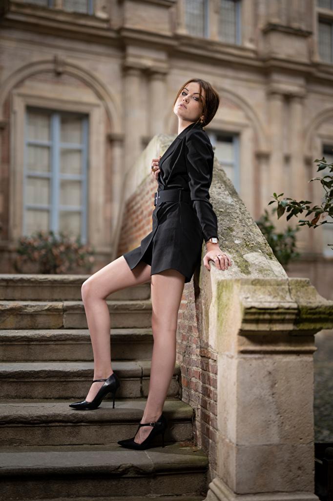 Обои для рабочего стола фотомодель Zoe позирует Лестница молодые женщины Ноги смотрят  для мобильного телефона Модель Поза девушка Девушки лестницы молодая женщина ног Взгляд смотрит