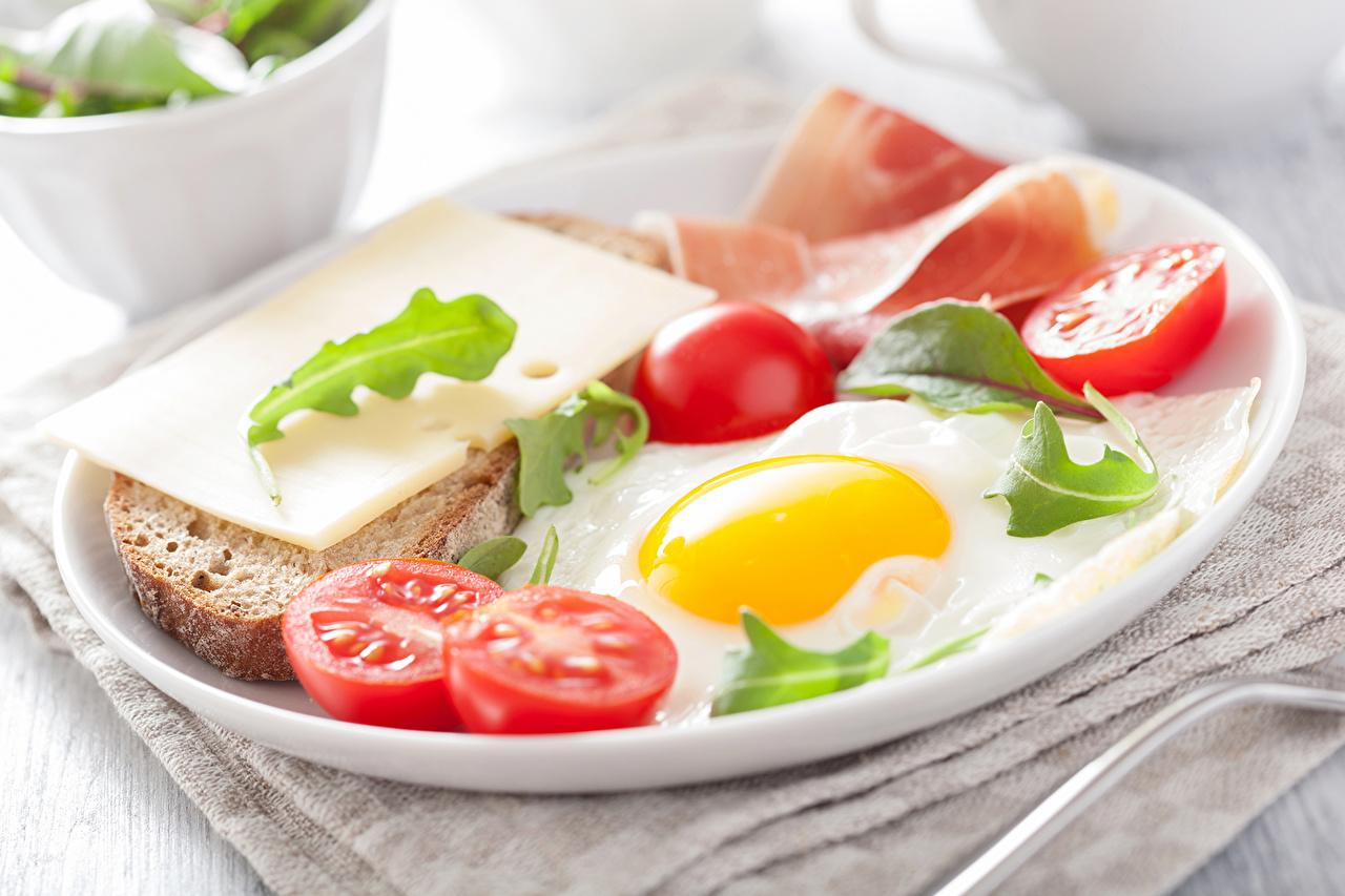 Фотография яйцо Помидоры Хлеб Сыры Еда яиц Яйца яйцами Томаты Пища Продукты питания