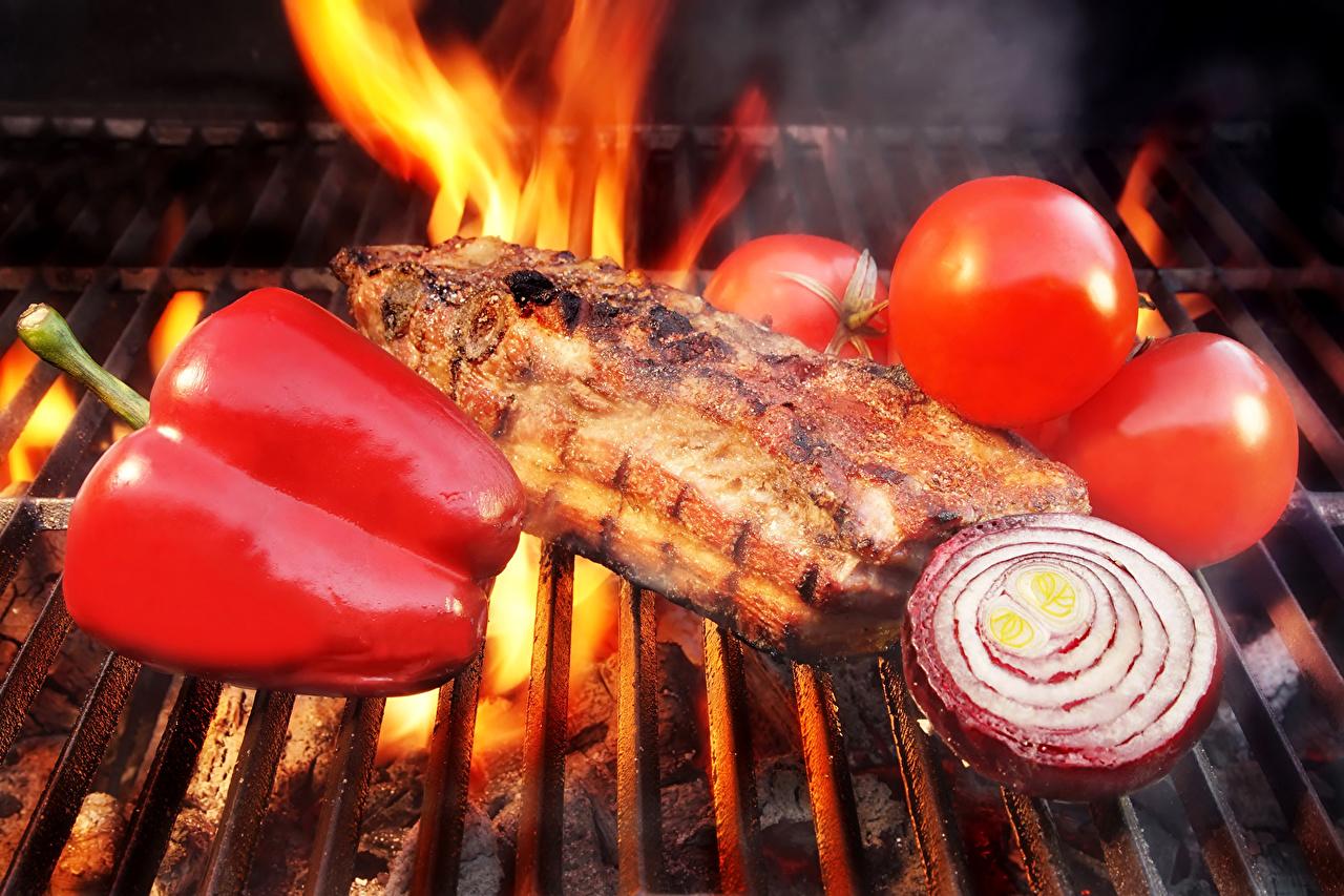 Фотография Помидоры Лук репчатый Еда перец овощной Мясные продукты Томаты Пища Перец Продукты питания