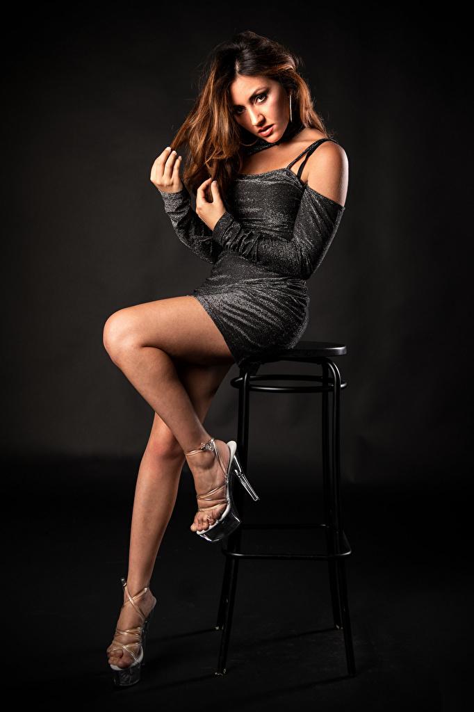 Фотографии фотомодель Antea Mistica позирует Девушки ног Стулья смотрит Платье  для мобильного телефона Модель Поза девушка молодая женщина молодые женщины Ноги стул Взгляд смотрят платья