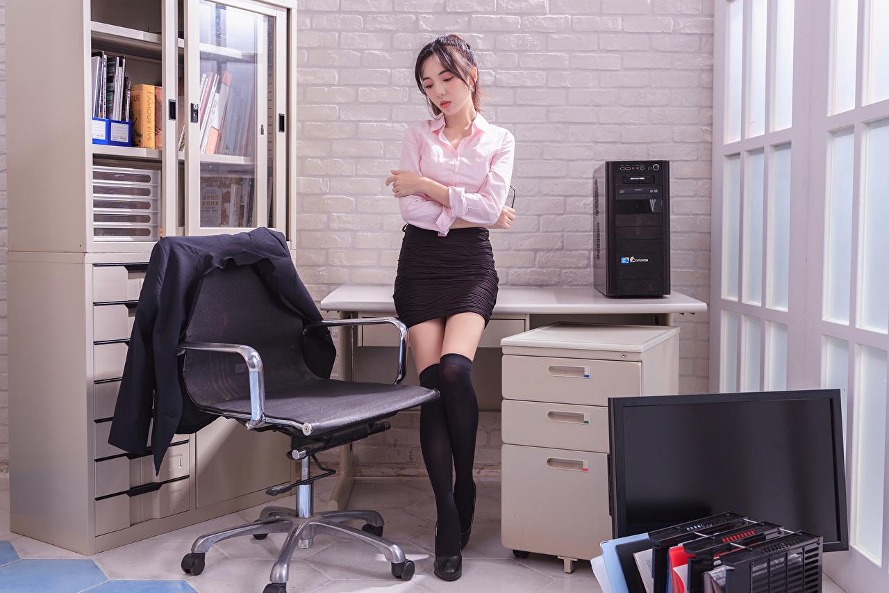 Картинки юбке секретарша Блузка молодая женщина Ноги Азиаты Кресло Пиджак Офис юбки Юбка Секретарши девушка Девушки молодые женщины ног азиатки азиатка