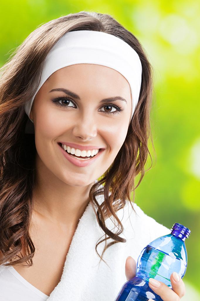 Фото Шатенка улыбается лица Девушки Взгляд шатенки Улыбка Лицо смотрят смотрит