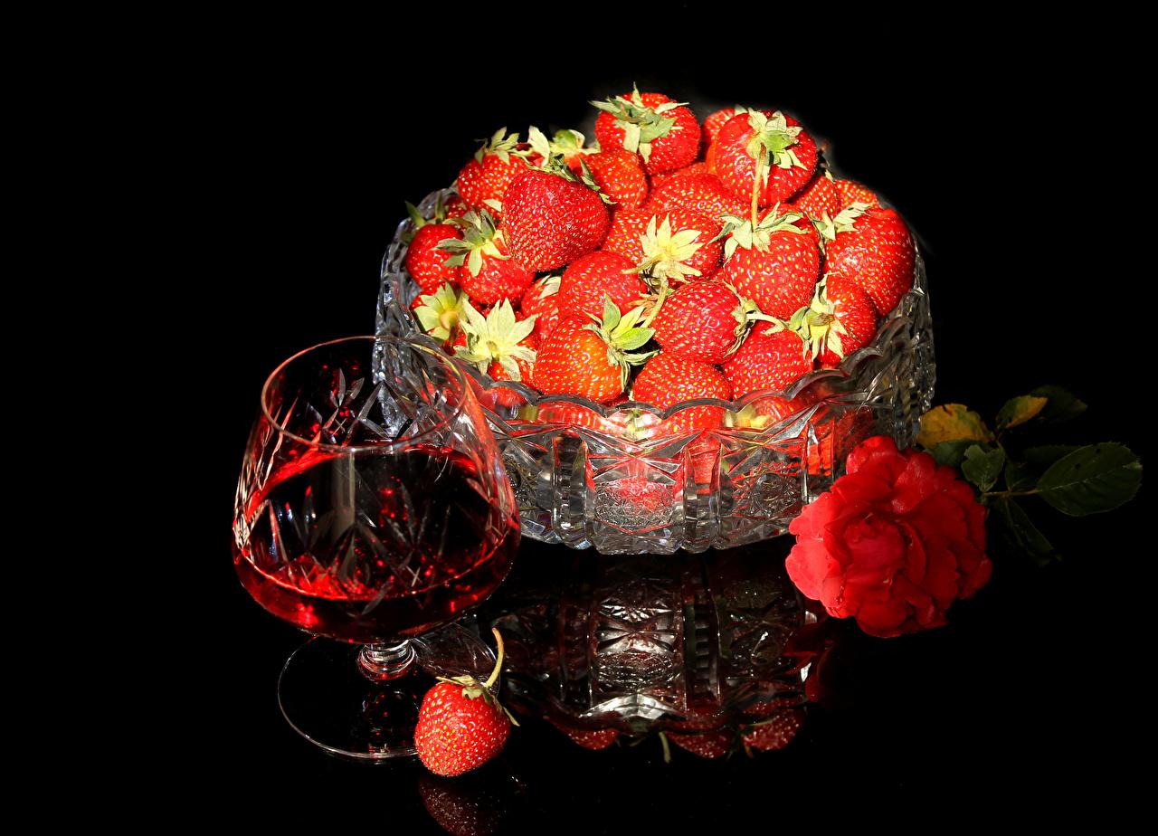 Картинка Розы Вино Клубника Пища Бокалы Натюрморт на черном фоне роза Еда бокал Продукты питания Черный фон