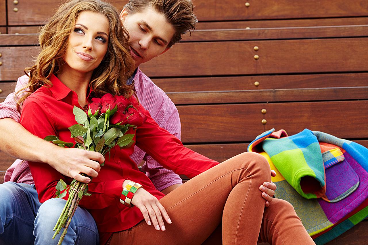 Обои для рабочего стола девушка Мужчины Влюбленные пары букет Розы свидании Люди Джинсы Девушки молодая женщина молодые женщины мужчина любовники Букеты роза Свидание джинсов
