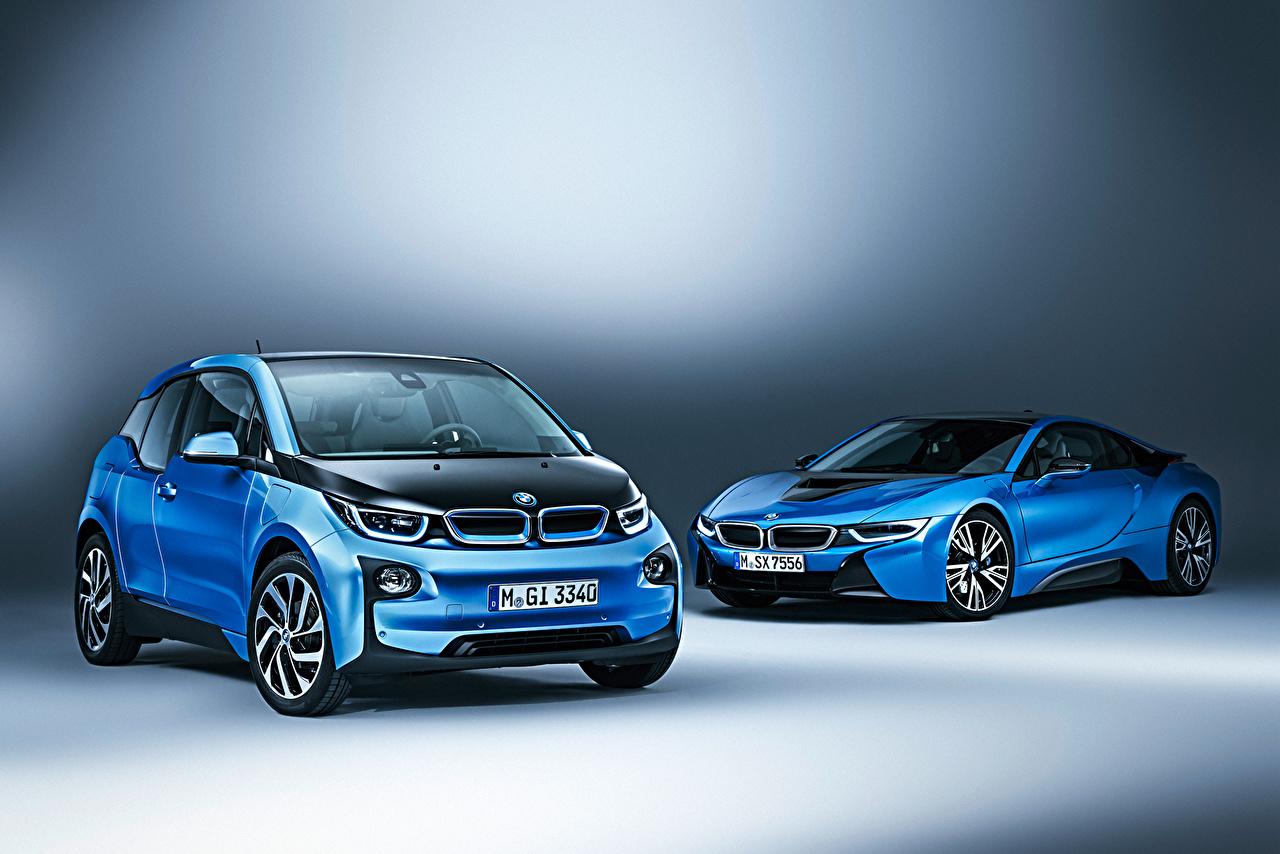 Фото BMW i8 Coupe i3 Двое голубая машина БМВ 2 два две вдвоем Голубой голубые голубых авто машины Автомобили автомобиль